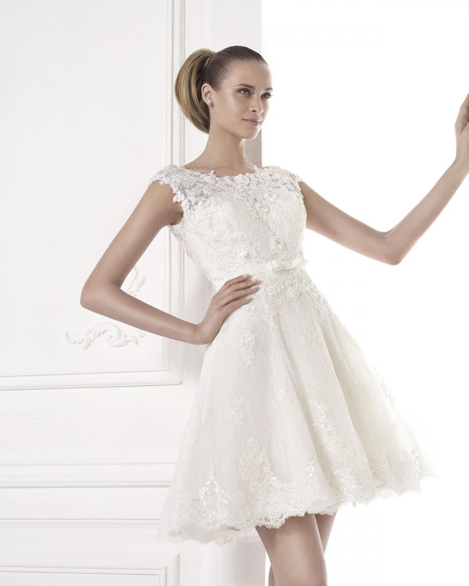 Фото коротких свадебных платьев много